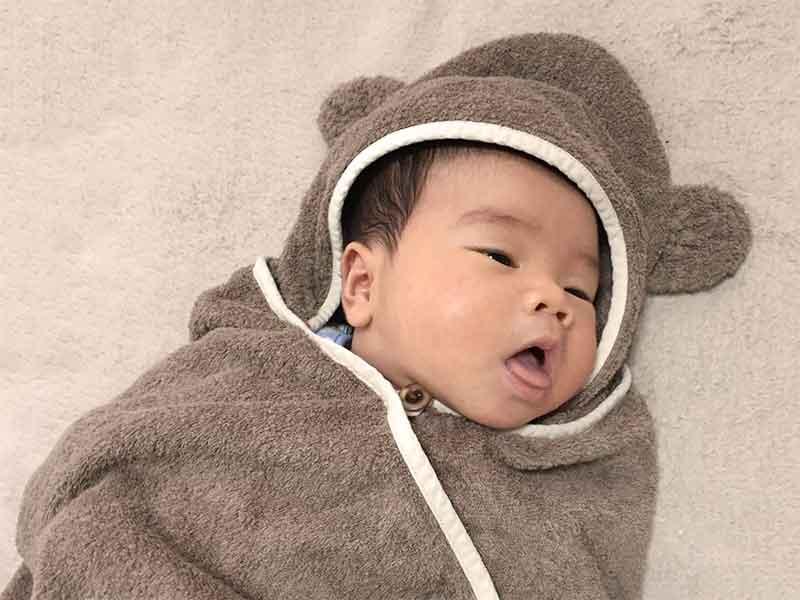 フリース素材のおくるみを着ている赤ちゃん