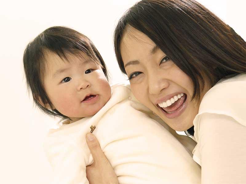 ママに縦抱きされている赤ちゃん