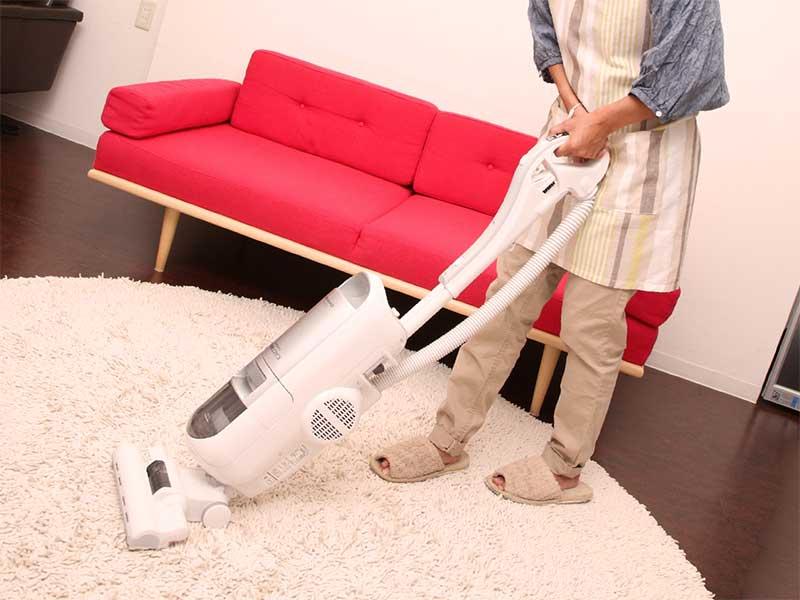 育児の合間に掃除してるママ