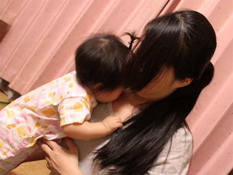 落ち込みつつも子供を抱き寄せてる母親