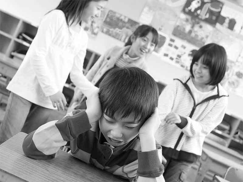 小学校のクラスで嫌がらせを受ける子供
