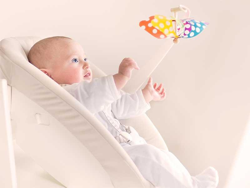 バウンサーに寝かされてる赤ちゃん