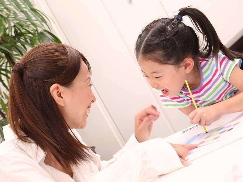 母親と遊びながら英会話の勉強をしている女の子