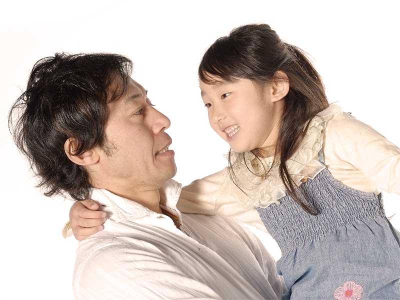 パパと話をしている女の子