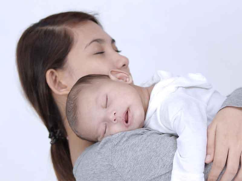 ママに抱っこされてスヤスヤ寝ている赤ちゃん