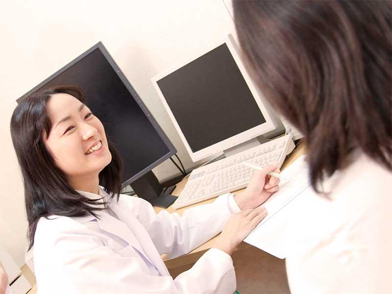 病院で診察を受けている女性