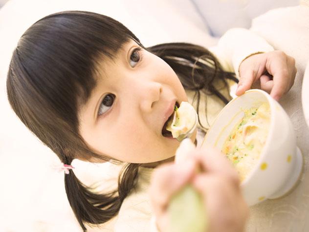 野菜スープを食べている女の子