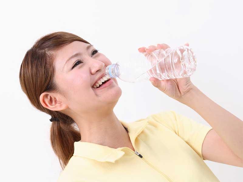 水を飲んでいる妊婦さん
