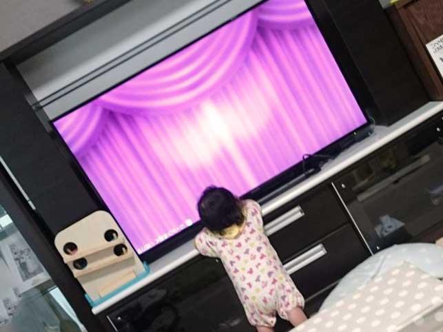 テレビに釘付けの赤ちゃん