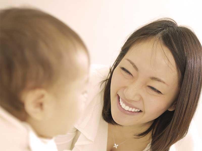 赤ちゃんに話しかけてる母親