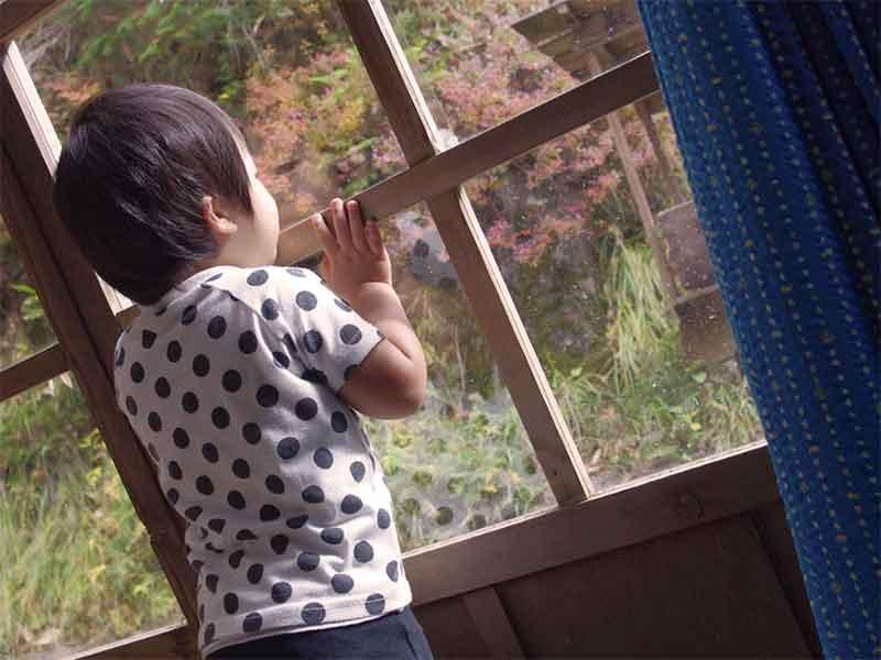 窓の外を見ている子供