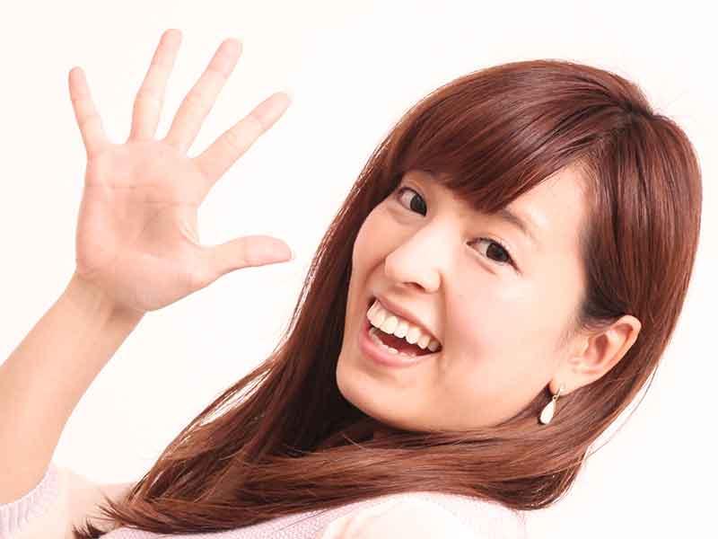 ママ友に手を振って挨拶を返すママ