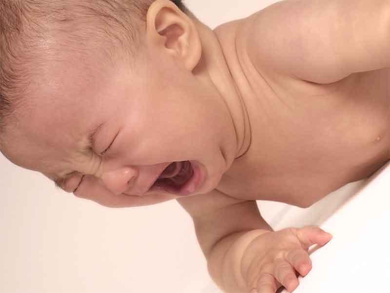 裸で泣いている赤ちゃん