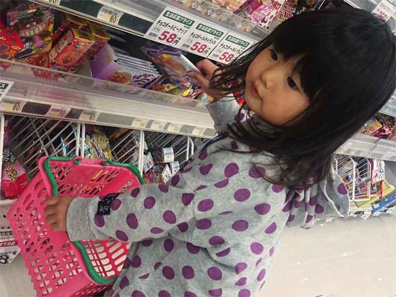 買い物で自分で選んでいる女の子