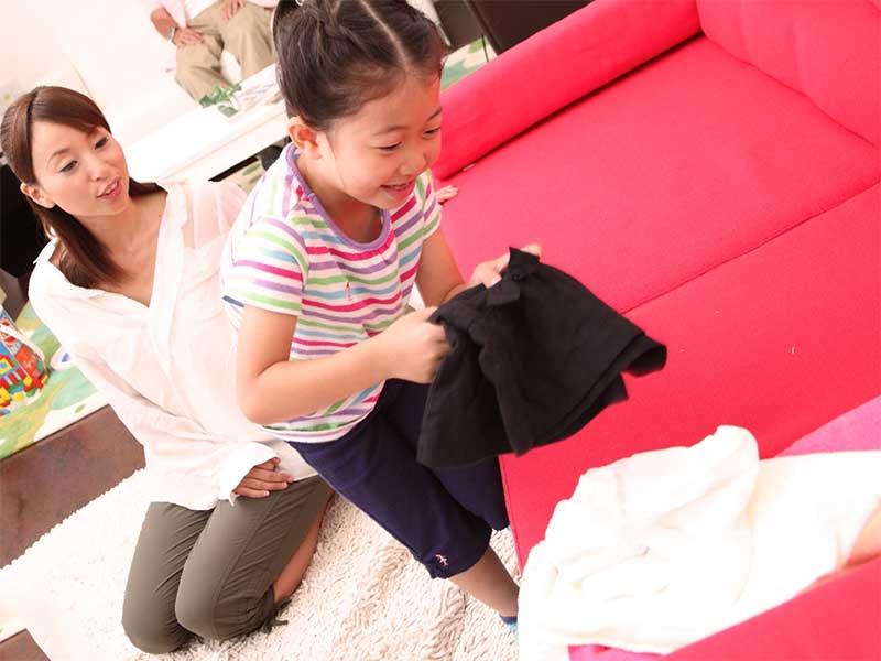 母親がやってた洗濯物たたみを手伝ってる女の子