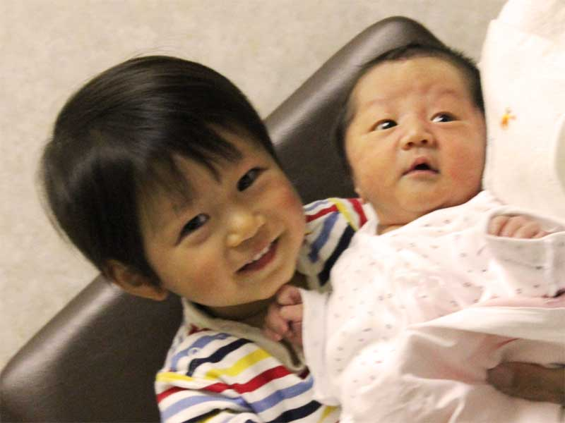 赤ちゃんの弟を抱っこしているお兄ちゃん