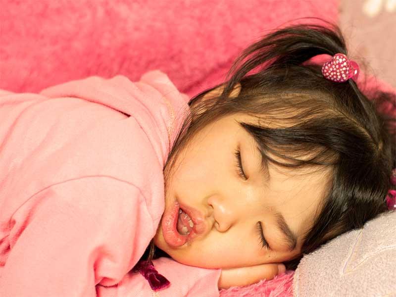 ぐっすり寝てる女の子