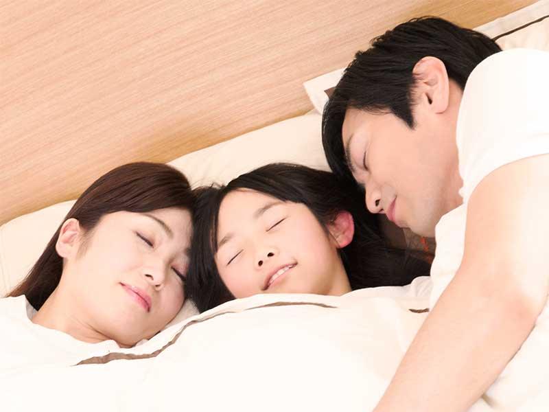 両親と川の字で寝てる女の子