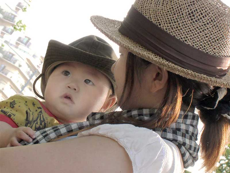 男の子を抱っこしているママ
