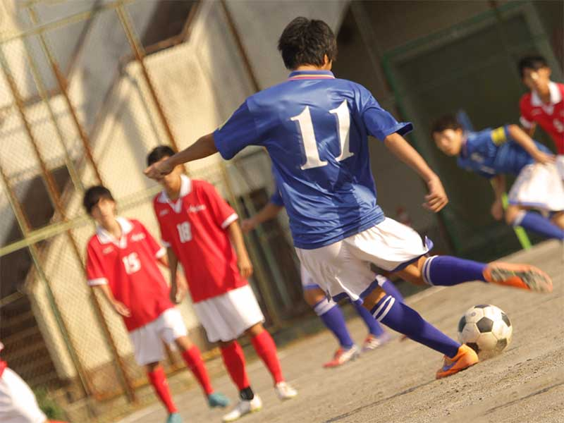 中学の部活でサッカーをしてる男の子