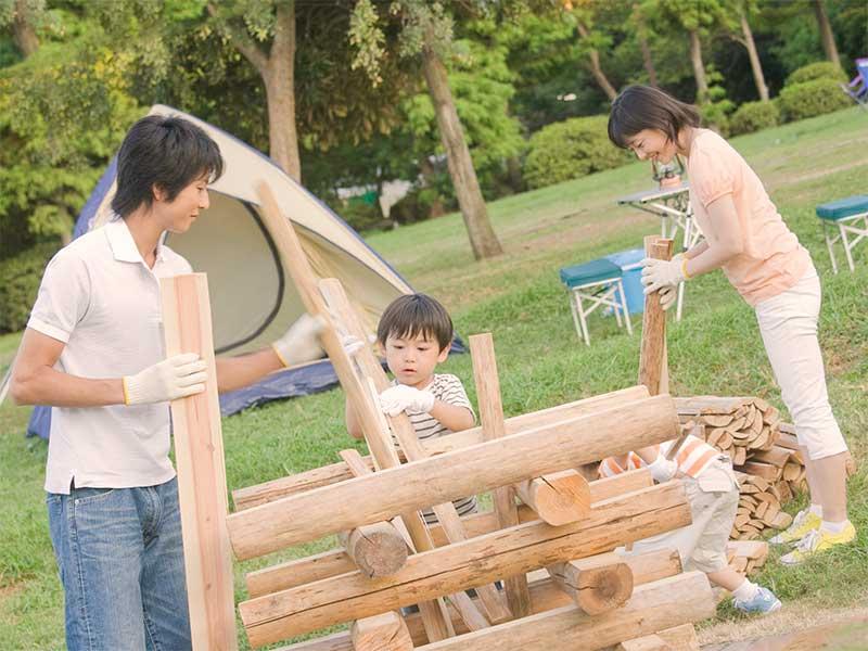キャンプ場で父親の手伝いをしている男の子
