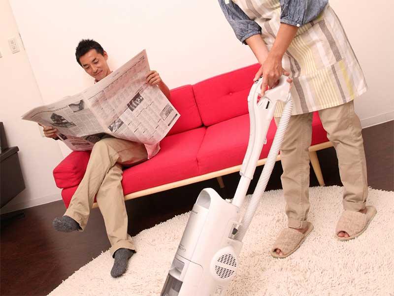 掃除をしてる奥さんを尻目に新聞を読んでる旦那