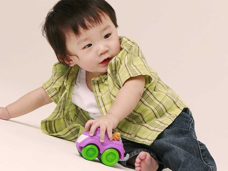 ミニカーで遊んでる赤ちゃん