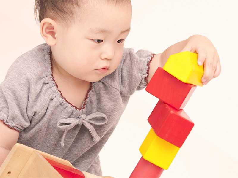 積み木を重ねてる赤ちゃん