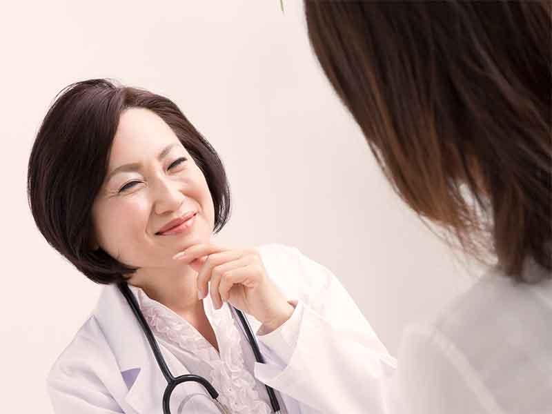 産婦人科で診察を受けているママと女性医師