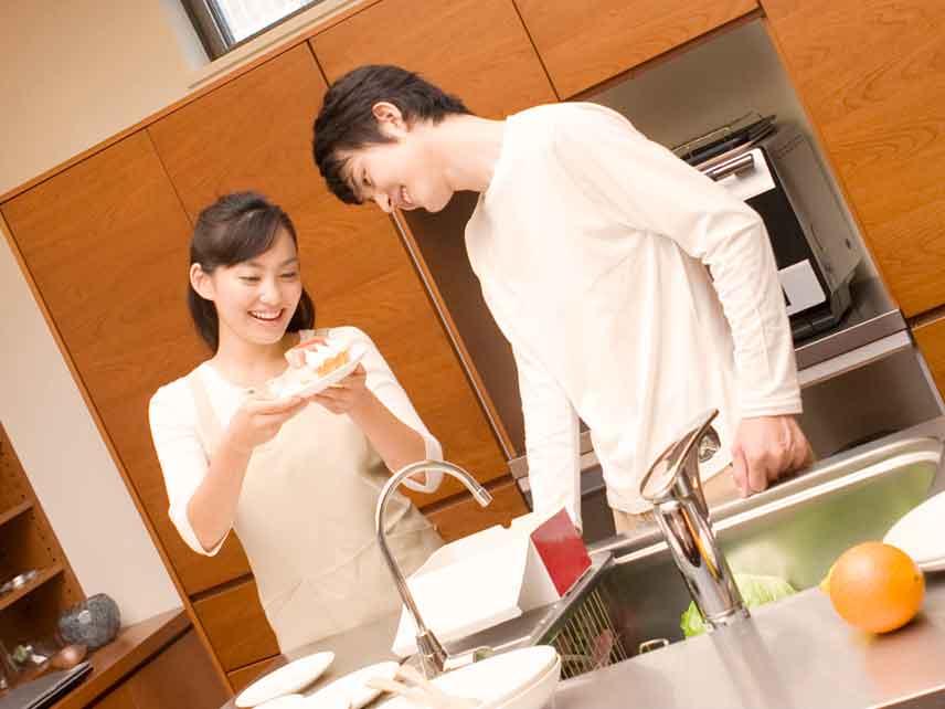料理を二人でしてる夫婦