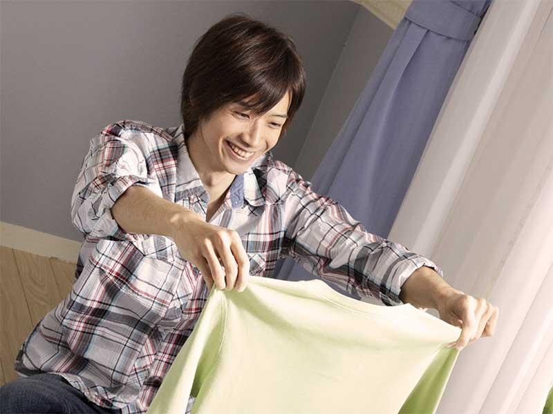 洗濯物をたたんでいる夫
