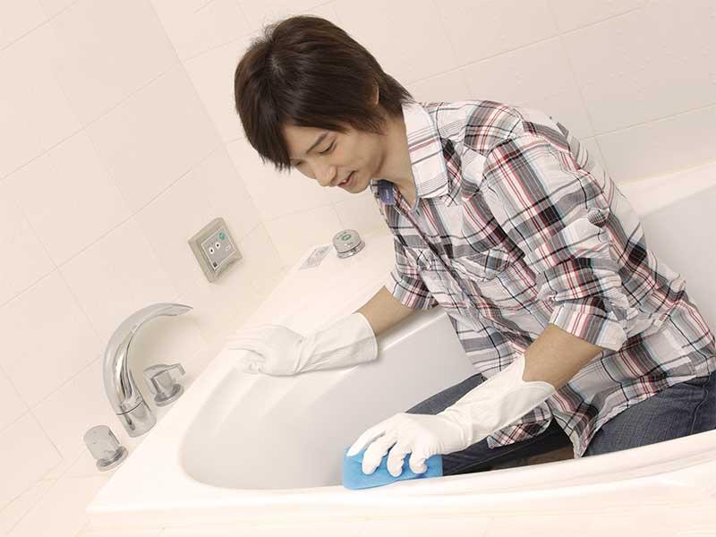 風呂掃除をしている夫