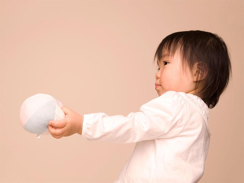 手作りのボールを持ってる赤ちゃん