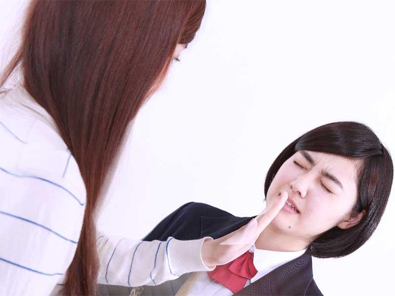 子供の顔を平手打ちする母親