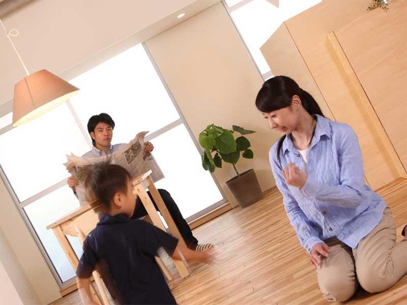 走り回って言うことを聞かない子供を見て拳を握りこむ母親