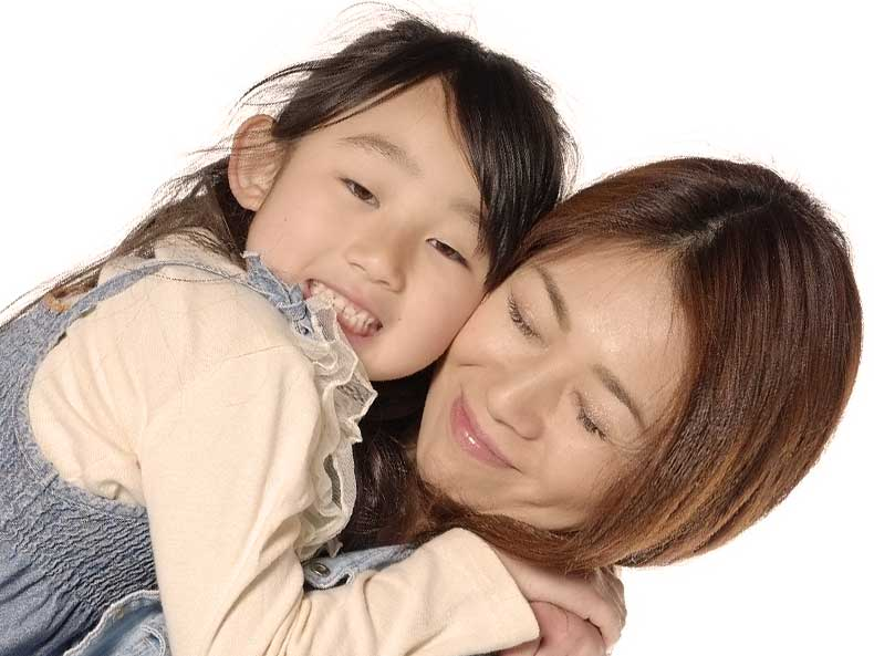 女の子を抱っこしてスキンシップをとってる母親
