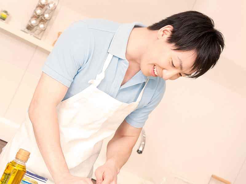 皿洗いをする夫