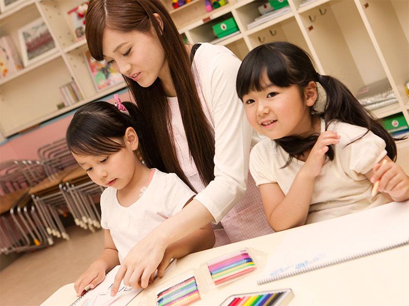 絵を描いてる幼稚園児