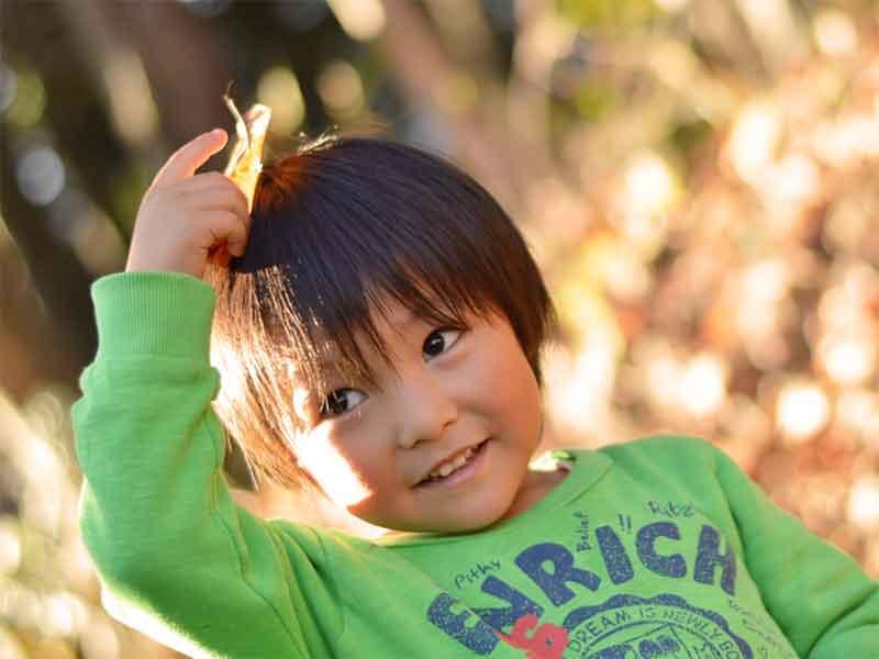 公園でみつけた葉っぱを頭に乗せてる男の子