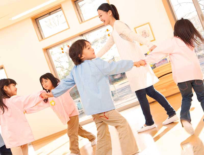 音楽に合わせてみんなで踊ってる幼稚園児