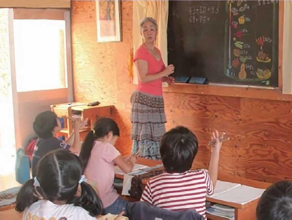 教室で授業を受けてる小学生