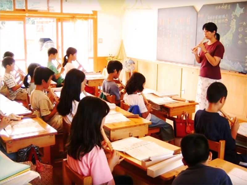 授業を受けてる小学生
