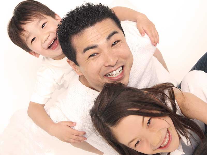 二人の子供に挟まれて笑顔のパパ