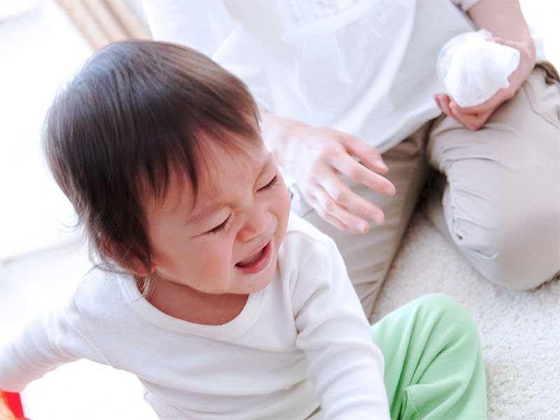 泣いて暴れている赤ちゃん