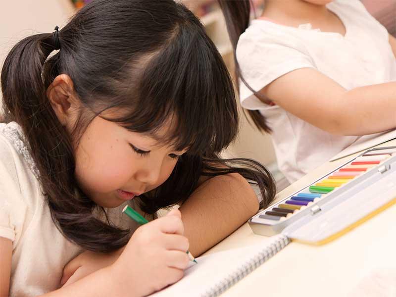 絵を描いている園児