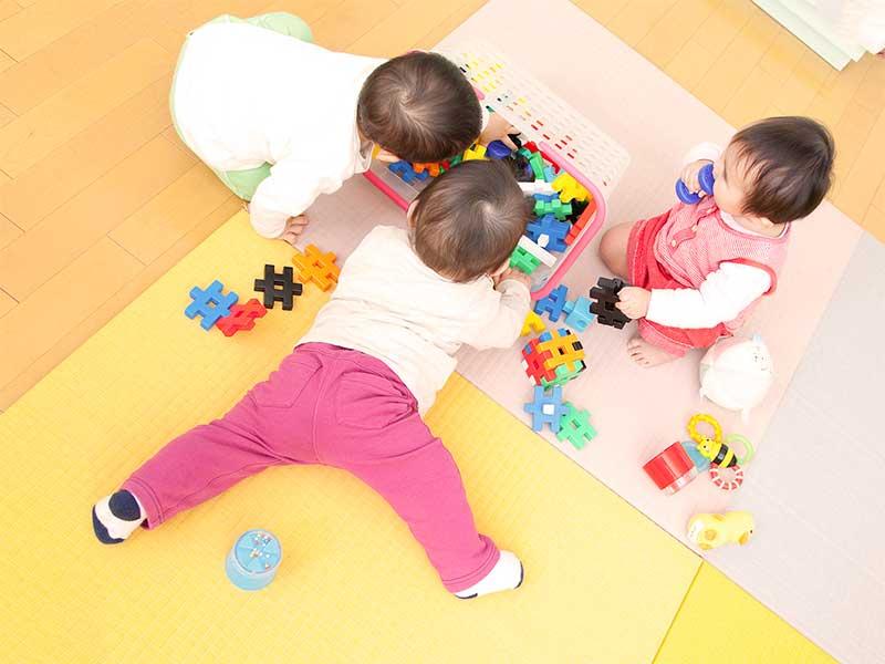 積み木で遊んでる保育園児達