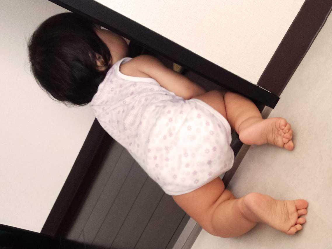ハイハイで部屋を出ていこうとしてる赤ちゃん