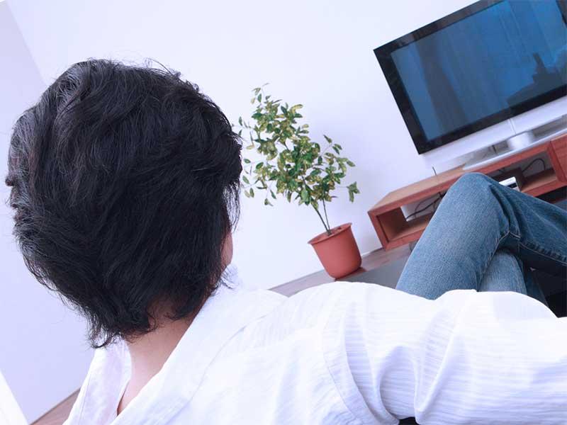 リビングでテレビを見てる夫