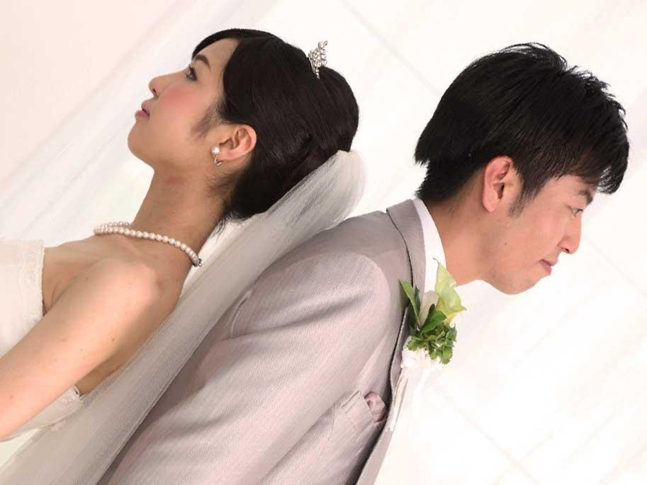 違う方向を向いてる結婚式中の夫婦