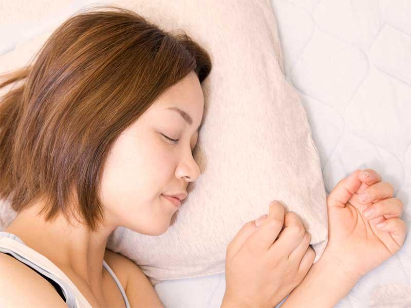 ベッドで寝てる妊婦